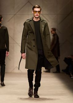 Olive bonded trench coat and animal print Chelsea boots on the runway of the Burberry Menswear show. New Coat please Suit Fashion, Look Fashion, Winter Fashion, Mens Fashion, Fashion Styles, Trench Coat Outfit, Trench Coat Men, Men Coat, Burberry Prorsum