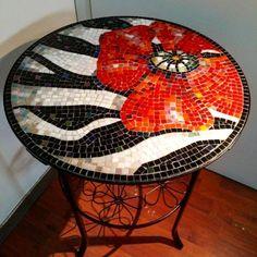 Poppy design on round table Mosaic Tray, Mosaic Tile Art, Mosaic Pots, Mosaic Artwork, Mosaic Garden, Mosaic Glass, Mosaics, Mosaic Table Tops, Glass Art