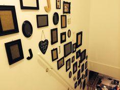 Trapgat opgeleukt met zelf geschilderde zwarte fotolijstjes. Maar ook met mijn favoriete letter en leuke bordjes.