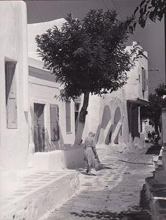 Μύκονος 60ς. Δρόμος του νησιού. Mykonos Island, Mykonos Greece, Athens Greece, Vintage Pictures, Old Pictures, Old Time Photos, Greece Pictures, Greece Photography, Mediterranean Architecture