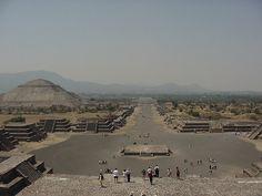 La calzada de los muertos, Teotihuacán, Mexico. En el segundo plano tenemos la pirámide del sol.