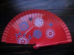 Abanico de madera rojo pintado a mano