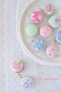 V i n t a g e . S w e e t n e s s. Cute little floral zipper pouches.