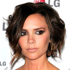 "Victoria Beckham  Victoria Beckham  THE LOOK Textured bob   HOW-TO Inspired by Victoria Beckham's ensemble, stylist Ken Paves created a coif that he describes as: ""Effortless, just like her clothes!"" Paves applied shine serum to Beckham's dry hair, concentrating on the ends. He curled random pieces with a one-inch iron and misted the style with hairspray for hold and shine."