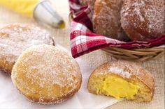 I bomboloni sono golose frittelle tonde e morbide, realizzate con un impasto lievitato, poi fritte, passate nello zucchero e infine ripieni di crema.