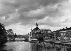 Gezicht op het voormalig station Herenpoort aan de Herensingel, gezien vanaf de Zijlpoortsbrug naar het noorden. Rechts de loswal van het station aan de Herensingel (23 september 1953).