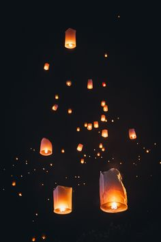Looking for the BEST lantern festival Thailand exprience? Here's ALL the information you need for the magical Chiang Mai lantern festival! Floating Lanterns, Floating Lights, Sky Lanterns, Floating Shelves, Handy Wallpaper, Lit Wallpaper, Iphone Background Wallpaper, Festival Photography, Nature Photography