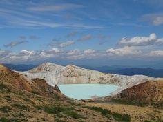 ここは温泉ではありませんよ:白根山頂にあるエメラルドグリーンの火口湖で、世界でも有数の強酸性湖として知られています。草津温泉街から車で30分