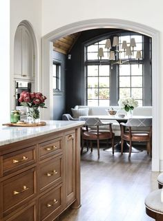 Kitchen with wood cabinets New Kitchen, Kitchen Decor, Kitchen Design, Casa Kardashian, Banquette Design, Beautiful Kitchens, Home Staging, Dining Area, Dining Room