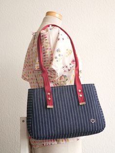 Baker Street Bag, a free pattern and video from Sew Sweetness. This beautiful bag made by Sunshine.