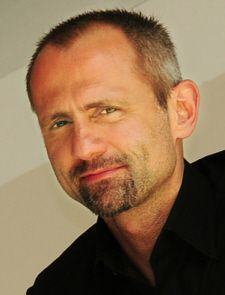 Robert Gerlach hält Seminare und Vorträge über Creative Skills für Unternehmen wie SAP, Lidl oder das Zukunftsinstitut. 15 Jahre sammelte er Erfahrungen und Auszeichnungen als Kreativer in Werbeagenturen in New York, Paris und Hamburg. In Barcelona entwickelte er eine eigene Modemarke, die er in Trendshops in Deutschland und in Spanien neben Marken wie: Prada, Gucci und Kenzo positionierte.