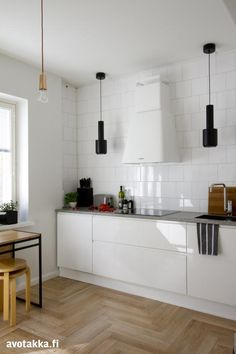 Valkoinen keittiö | Avotakka Home Reno, Kitchen Interior, Interior Inspiration, New Homes, Table, Kitchens, Furniture, Design, Kitchen
