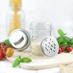 Mason Jar Parmesanreibe! Auf dein Mason Jar setzen und direkt ins Glas raspeln!