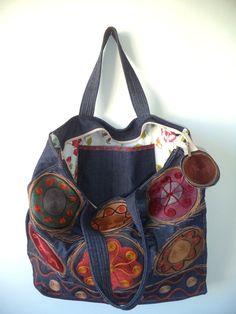 Bolsa jeans bordada com fios de lã.  Com fecho de zíper e bolso interno.  O forro da bolsa pedida não será igual ao da bolsa da foto.  Pode haver variação no tom do tecido.