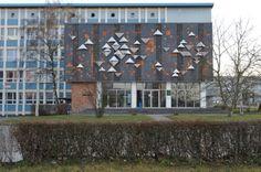 Sie zeigen nach oben und nach unten: Die große dreieckige Formen an der Fassade der Chemie stammen aus der Zeit der DDR. (Foto: Uni Halle / Markus Scholz)