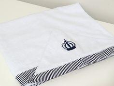 Toalha de Banho Bordada    Atoalhada, Forrada com fralda e capuz  Cor Branca...e barrado cores diversas!!