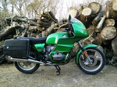 This is retro cool. BMW R100/7. With spokes and discs. Fantastic colour.