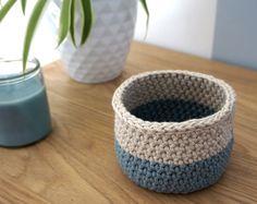 Les paniers, je crois que ça fait depuis mes débuts de crocheteuse que j'e… The baskets, I think it's been since my debut as a crocheter that I try to do, with more or less success. Crochet Diy, Crochet Hooks, Plaid Crochet, Crochet Stitches, Patron Crochet, Crocodile Stitch, Single Crochet Stitch, Crochet Fashion, Pom Poms