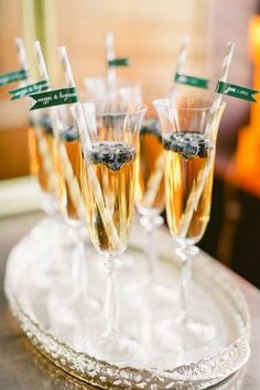 Cocktails in champagne flutes Champagne Taste, Champagne Flutes, Champagne Brunch, New Years Eve Weddings, New Years Eve Party, Cocktails, Party Drinks, Tea Party Cupcakes, Smoothie