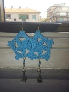 Orecchini blu perline uncinetto torre eiffel.