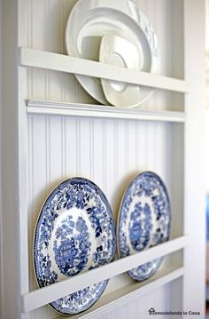 Tonquin Royal Staffordshire plates - Plate rack - Red highlights in bead board Cabinet Plate Rack, Plate Rack Wall, Diy Plate Rack, Plates On Wall, Wooden Plate Rack, Wooden Plates, Decorative Plates, Diy Kitchen, Kitchen Decor