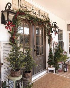 The design world has lengthy had a particular place for Farmhouse Front Porch Signs and with good cause. Farmhouse Christmas Decor, Rustic Christmas, Christmas Home, Farmhouse Door, Farmhouse Homes, Merry Christmas, Farmhouse Outdoor Decor, Primitive Country Christmas, Christmas Staircase