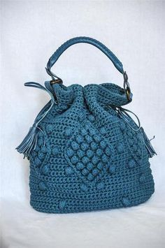 Gerard Darel has a lot to answer for! He has literally turned the crochet world on its ear by so many of us trying to imitate his fantastic bags! Crochet Handbags, Crochet Purses, Crochet Bags, Bead Crochet, Crochet Hooks, Knitted Bags, Blue Bags, Handmade Bags, Crochet Clothes