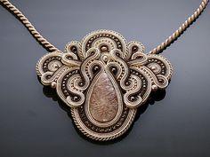 Collana soutache bella, imponente, fatta di stringhe di soutache con ematite, perle Swarovski e perle di vetro. A sospensione sono state impregnate. Lunghezza totale: 3,6 pollici. Lunghezza della stringa: 18 pollici Colore: beige, marrone, chiaro oro ed ecru.
