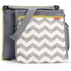 Skip Hop Central Park Outdoor Blanket + Cooler Bag - Chevron Wherever you roam, Central Park is ready for the beach, park or playtime at home! Once you reach yo Central Park, Franck Fischer, Chevrons, Kids Store, Baby Gear, Baby Knitting, Knitted Baby, Convertible, Outdoor Blanket