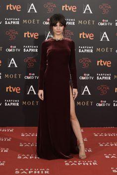 Úrsula Corberó suposer sexy y elegante a la vez con un vestido de terciopelo burgundy de Teresa Helbig que eligió para la gala de los Goya 2016. Así hablaba ella de este diseño en su #alfombraalpasado.