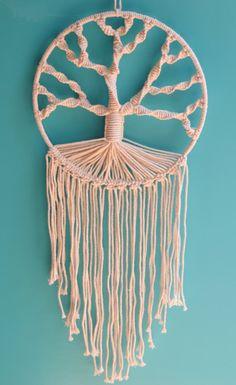 Diy Crafts - Macramé Tree of Life — emily could make that Macrame Wall Hanging Patterns, Macrame Plant Hangers, Macrame Patterns, Macrame Owl, Macrame Knots, Micro Macrame, Crochet Tree, Macrame Projects, Macrame Tutorial