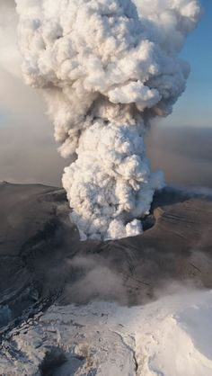 Eyjafjallajökull-Volcano-Iceland - Almost had to cancel our honeymoon because of it! Lava, Volcano Iceland, Iceland Glacier, Volcan Eruption, Fuerza Natural, Thinking Day, Iceland Travel, Natural Phenomena, Belleza Natural