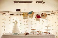 pendurado livros em um casamento sobre a mesa de sobremesa