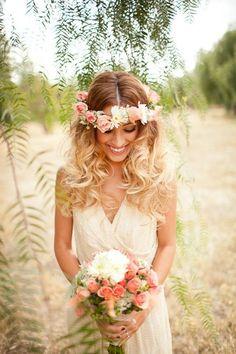 Indémodable ! La couronne de fleur posée sur des cheveux lachés pour être élégante en toute simplicité #WeddingHairCut #Coiffure #BohemianHair