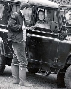 Queen Elizabeth II pictured in 1986 talking to Prince Andrew, Duke of York from the window of her Land Rover at Royal Windsor Show. Landrover Defender, Defender 110, Clarence House, Range Rover Off Road, Die Queen, Land Rover Models, Queen Pictures, Classic Car Insurance, Jaguar Land Rover