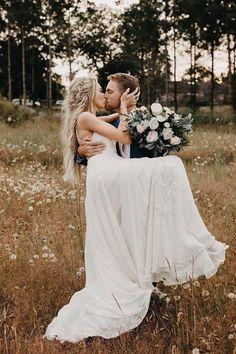 Wedding Picture Poses, Wedding Photography Poses, Wedding Poses, Wedding Photoshoot, Wedding Portraits, Wedding Pictures, Bride And Groom Pictures, Wedding Family Photos, Wedding Ideas