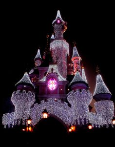 Disney Castle, Disneyland, Paris, France All Disney Parks, Disney Love, Disney Magic, Walt Disney World, Illumination Noel, Holiday Places, Oui Oui, Disneyland Paris, Adventure Is Out There