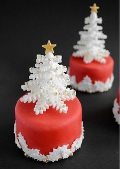 44 Easy Christmas Cake Decoration Ideas For New Year - Cakes - Gateau Christmas Cake Decorations, Christmas Cupcakes, Christmas Sweets, Holiday Cakes, Christmas Cooking, Noel Christmas, Christmas Goodies, Simple Christmas, Xmas Cakes