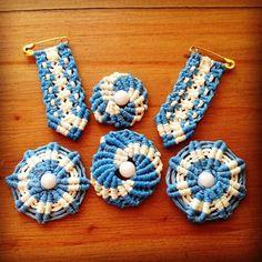 Banderas Argentinas: Ideas de cómo hacerlas con material descartable How To Make Mums, Dream Catcher Craft, My Notebook, Rosettes, Origami, Crochet Earrings, Crafts, Diy, Meraki