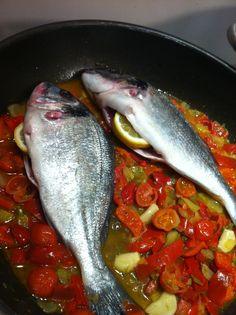 Orata in padella con aglio, cipolla, finocchio, pendolini e 1 bel peperone rosso.    #orata #oratainpadella #italianfood #cucinaitaliana #italianfish