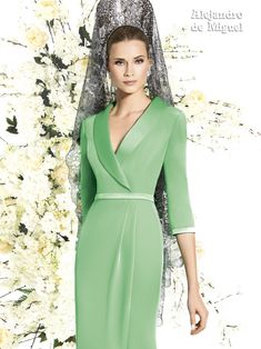 Alejandro de Miguel | Vestido Largo – mod. 809 Dressy Dresses, Prom Dresses, Edwardian Dress, Satin Gown, Vacation Dresses, Elegant Woman, Green Dress, Bridal Dresses, Beautiful Dresses