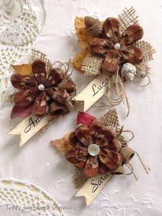 Con pétalos de piñas un trocito de arpillera unas perlas y sú nombre y te quedan unos marcadores de mesa para los invitados!