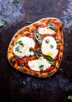 Yes, you can prep and cook this Margherita naan pizza in 10 minutes! Enjoy the classic flavors of fresh mozzarella, tomato sauce, and basil in this delicious pizza. Naan Pizza, Naan Flatbread, Pizza Recipes, Lunch Recipes, Dinner Recipes, Easy Salads, Easy Meals, Flatbread Toppings, Recipe For Brown Butter