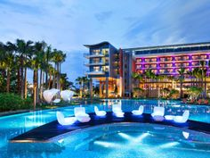 (119) - Futuro 3 - Hasta las cabañas junto a la piscina en este hotel hi-tech son impresionantes – vienen con iPods, iPads y sistemas de riego. La piscina posee un sistema de sonido subacuático rodeado de sillas vibradoras para masajes.
