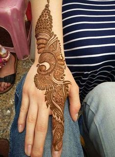 No occasion is carried out without mehndi as it is an important necessity for Pakistani Culture.Here,you can see simple Arabic mehndi designs. Simple Arabic Mehndi Designs, Indian Mehndi Designs, Henna Art Designs, Mehndi Designs 2018, Mehndi Designs For Girls, Modern Mehndi Designs, Wedding Mehndi Designs, Mehndi Designs For Fingers, Simple Henna