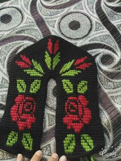 This Pin was discovered by HUZ Crochet Slipper Pattern, Crochet Shoes, Crochet Baby Booties, Knit Crochet, Sewing Patterns, Crochet Patterns, Tunisian Crochet Stitches, Beadwork Designs, Knitted Slippers