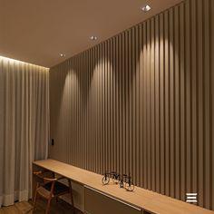 Para criar um efeito especial na parede e valorizar ainda mais o ripado, o arquiteto João Batista Martin optou pelo embutido Square Stella. O produto também intensifica a iluminação da mesa, mas de forma aconchegante. Com lâmpada recuada e interior na cor preta, o conforto visual é o conceito chave para criar uma iluminação de qualidade e deixar o ambiente harmônico. Produto Stella no projeto Square MR16 | Embutido Recuado Direcionável | STH8915BR/PTO Curtains, Design, Home Decor, Visual Comfort, Light Bulb Types, John The Baptist, Lighting Design, Led Lamp, Built Ins