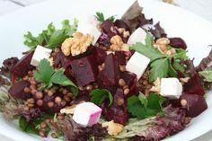 Een snelle en gezonde lunch om mee te nemen deze bieten linzen salade en feta. Maak af met sla, verse kruiden en walnoot