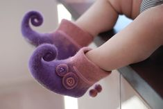 Handfelted baby slippers~ so cute!