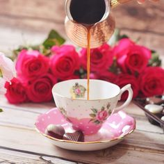 Pink roses and a coffee I Love Coffee, Coffee Break, Coffee Cafe, Coffee Shop, Coffee Cantata, Love Cafe, Breakfast Tea, Winter Flowers, Rose Cottage